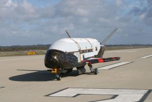 Boeing_X-37B_after_ground_tests_at_Vandenberg_AFB,_October_2007.jpg